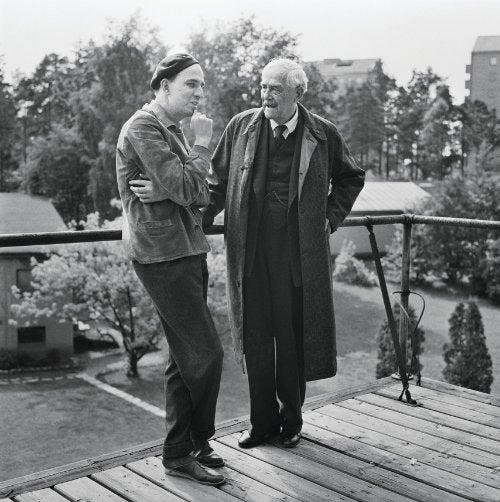 Ingmar Bergman (left) and Victor Sjöström standing outdoors on an upstairs porch