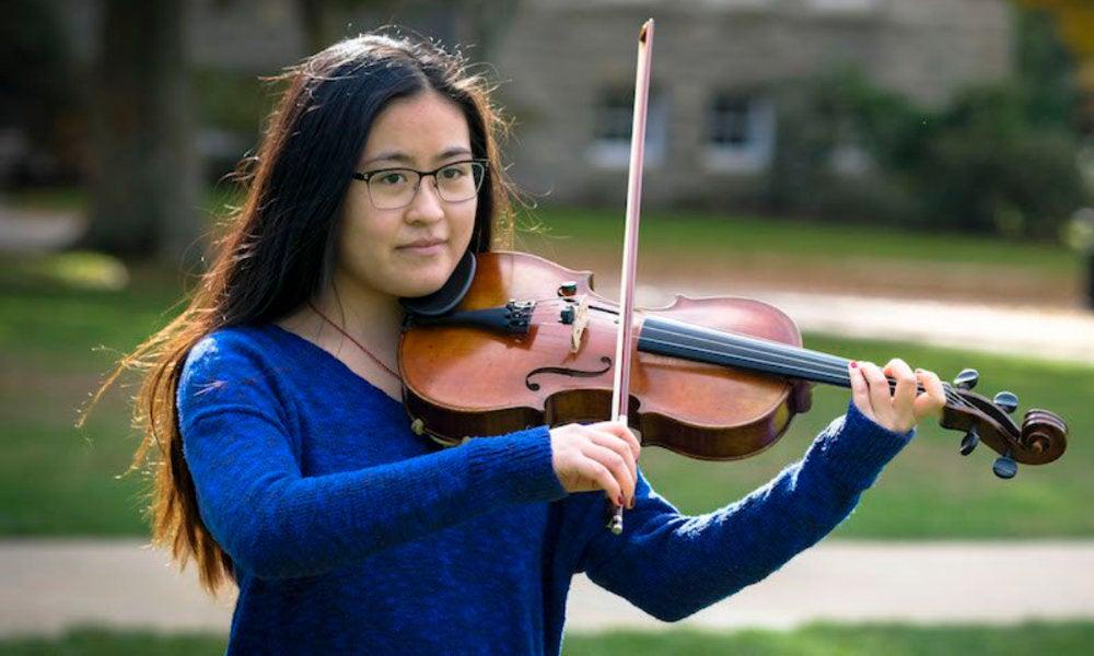 Katherine Loo '19 playing violin